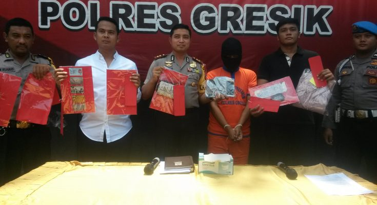 Foto: Kapolres Gresik, AKBP Wahyu sedang menunjukkan barang bukti. (koinul/klikjatim.com)